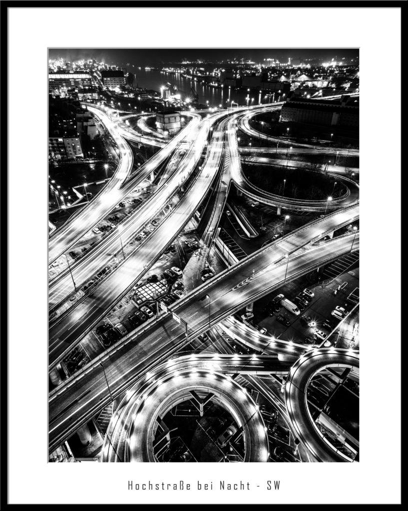 Hochstraße bei Nacht zur Rush Hour / schwarz-weiss